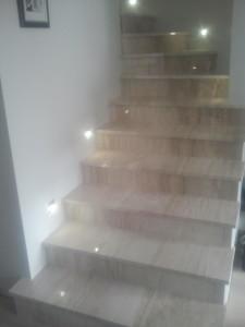 schody z marmuru Breccia Sarda